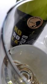 Detalle del vino Horola Viura en la copa.