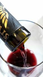 Sirviendo el vino Milvus Edición Especial.