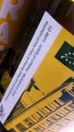 Detalle del etiquetado del vino Urbanita.