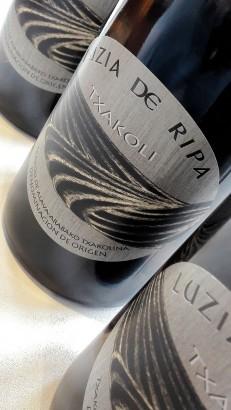 Etiquetado del txakoli Luzia de Ripa.