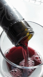 Sirviendo el vino graciano de Basilio Berisa.