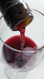 Sirviendo el vino Basilio Berisa Vendimia Seleccionada.