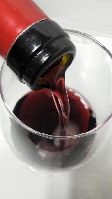 Sirviendo el vino Masusta Garnacha.