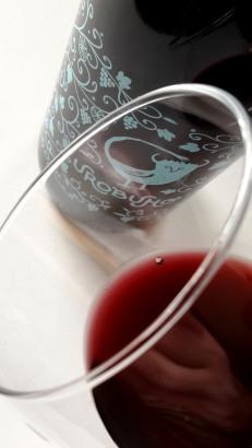 Detalle del ribete del vino Urobuho Tinto.