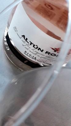 El ribete del vino Altún Rosé en la copa.