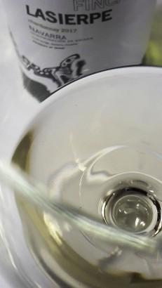 Detalle del color del vino Finca Lasierpe Chardonnay 2017.