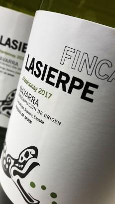 Etiquetado del vino Finca Lasierpe Chardonnay 2017.