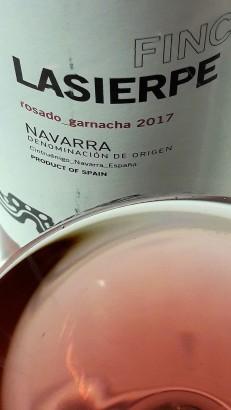 Detalle del color del vino Finca Lasierpe Rosado Garnacha 2017.