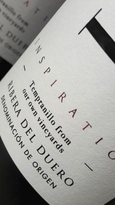 Detalle del etiquetado del vino Loess Inspiration 2015.