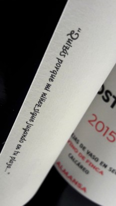 Detalle de la etiqueta del vino Nostrum 2015.