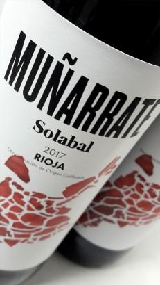 Etiquetado del vino Muñarrate Tinto 2017.
