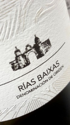 Detalle del etiquetado del vino Pazo Pegullal Albariño.