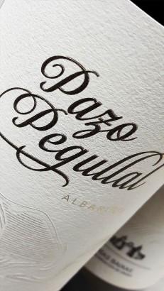Etiquetado del vino Pazo Pegullal Albariño.