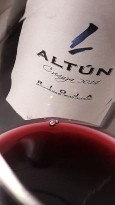 Detalle del color del vino Altún Crianza 2014.