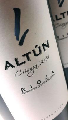 Etiquetado de la botella de Altún Crianza 2014.