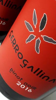 Etiquetado del vino Cerrogallina Pinot Noir 2016.