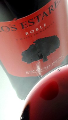 Detalle del color del vino Los Estares Roble 2015.