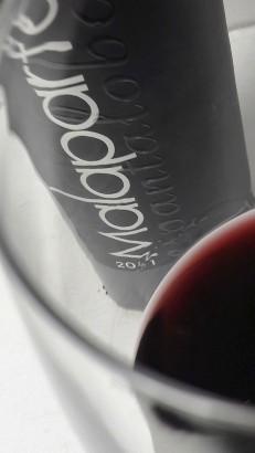 Detalle del vino Malaparte Espantalobos en la copa.