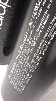 Detalle del etiquetado del vino Malaparte Espantalobos 2011.