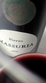 Detalle del vino Massuria 2008 en la copa.