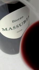 Detalle del ribete del vino Massuria 2008 en la copa.