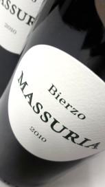 Etiquetado del vino Massuria 2010.