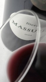 Ribete del vino Massuria 2012.