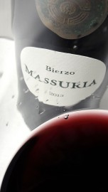Detalle del color del vino Massuria 2013.