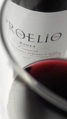 Detalle del color del vino Proelio Crianza 2015.