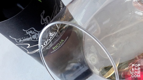 white_by_basilio_berisa_ribete_botella_vino
