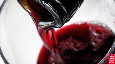 los_estares_crianza_sirviendo_botella_vino